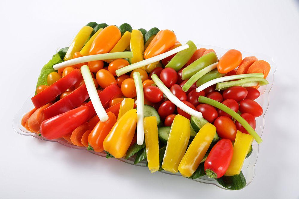 מגש ירקות - סלייסים של ירקות טריים: חסה/עגבניות שרי/גמבה/גזר/מלפפון ירוק. (מתאים ל12-15 סועדים)