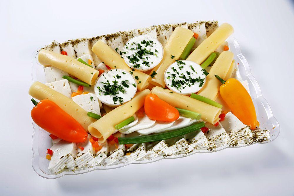 מגש גבינות ולחמי בריאות - מבחר גבינות (שמנת/צהובה/מוצרלה/בולגרית וצפתית) + 2 לחמי בריאות לפי בחירה. (מתאים ל12-15 סועדים)
