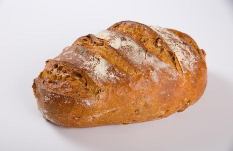 לחם שיפון אגוזים - קמח שיפון וחיטה על בסיס מחמצת בתוספת אגוזי מלך