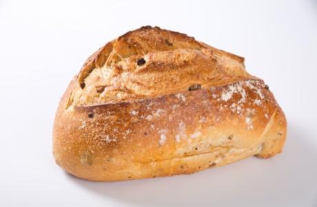 לחם שאור זיתים - קמח חיטה על בסיס מחמצת בתוספת זיתי קלמטה