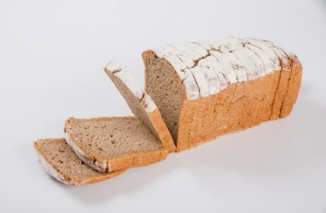 לחם שיפון - קמח שיפון מלא על בסיס מחמצת בעל מרקם לח ודחוס,עשיר במינרליים וסיביים תזונתיים (בריא למערכת העיכול)